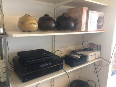 音響機器(DVD、CDプレーヤー、AVアンプ、スピーカー、地デジチューナがあります。※プロジェクタは有料です。(1000円) - 猪股ビル マティーズキッチンの室内の写真