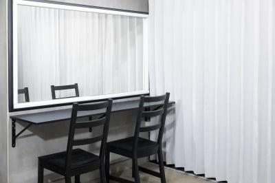 [内観-ヘアメイクスペース]清田写真スタジオでは高い天井や広い室内でプロ仕様の照明機材や大型背景紙などをご使用いただけます。カメラ一台さえあば本格的なライティング環境で満足のいく撮影をすることが出来ます。 - 清田写真スタジオ(屋上付き) シンプル背景紙 100㎡の屋上の室内の写真