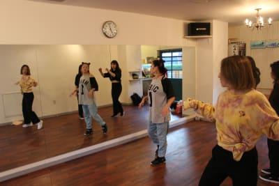 ダンススタジオならではの大きな鏡 - GALAXYダンススタジオ イベントスペースの室内の写真