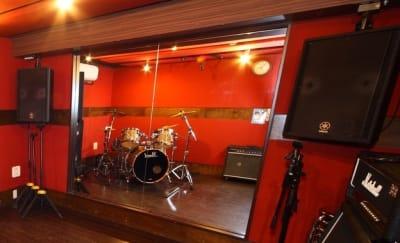 音響スピーカーが常設 - スタジオパックス 北千住店 配信LIVE視聴に!防音スペースの設備の写真