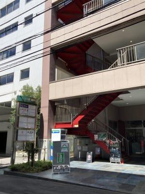 エレベータ横の赤い階段が目印のビル - ブリアサロン用賀駅 南口徒歩1分 (電子ピアノ)WIFI有の外観の写真