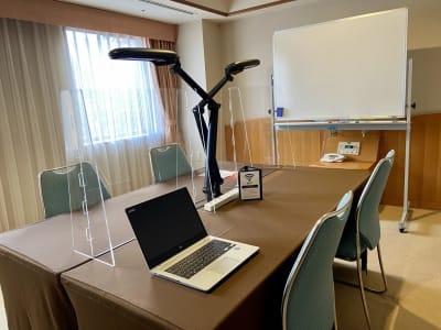ホワイトボード・デスクライト・アクリルパネル・電源コード・Wi-Fi(PCはイメージ/ベッドやタオルなどはございません)  - ホテル メルパルク名古屋 レンタルオフィスプランの室内の写真