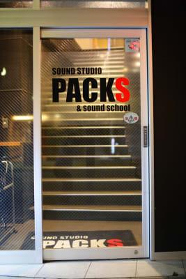 入り口は2階です。 - スタジオパックス 船橋店 配信LIVE視聴に!防音スペースの外観の写真