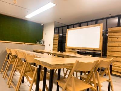 木と緑がおしゃれな空間です。 - TOC会議室・レンタルスペース 会議室Aの室内の写真