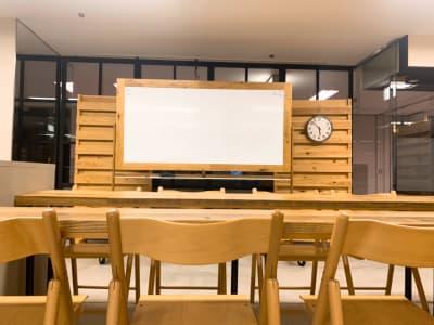 研修やセミナーにも最適。施設のお手洗いを使用できるので非常に便利です。 - TOC会議室・レンタルスペース 会議室Aの室内の写真