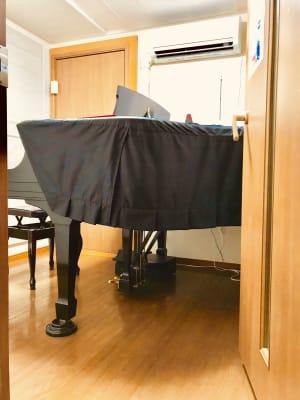 ザーラ・カンパニー 《即決》スタィンウェイ・ピアノの室内の写真