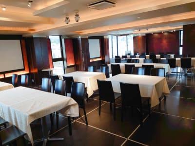 3階 セミナー形式 - 岡崎庵 ~ホールや和室・キッチンなど完備の室内の写真