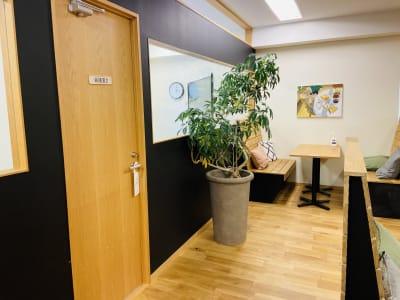 GOODOFFICE有楽町 会議室2(天窓空き)の室内の写真