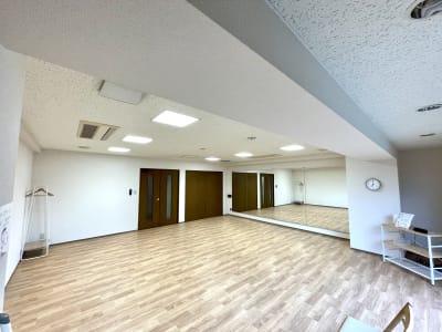 幅4.5、高さ1.8mの大型鏡完備しているのでダンス・ヨガ・ピラティスなどにもご利用可能です。 - レンタルスタジオケルス レンタルスタジオの室内の写真