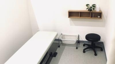 昇降ベッド、スツール、脱衣カゴ、簡易棚のシンプルな備品があります。 - レンタルサロン アイリー シェアベッド(半個室タイプ)の設備の写真
