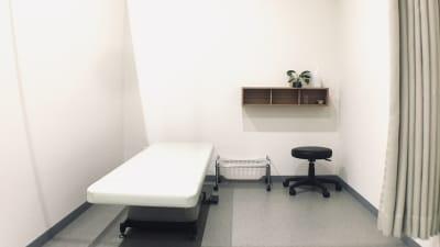三方を壁、出入り側をカーテンで仕切ってある半個室です。 - レンタルサロン アイリー シェアベッド(半個室タイプ)の室内の写真