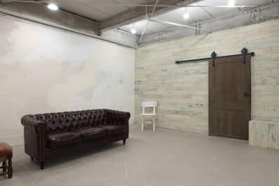 板張りの壁とイギリスヴィンテージのドア - 撮影スタジオ Studio62 写真、動画の撮影スタジオの室内の写真