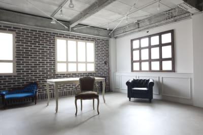 サンメント仕立ての白壁は上品な見た目になっています - 撮影スタジオ Studio62 写真、動画の撮影スタジオの室内の写真