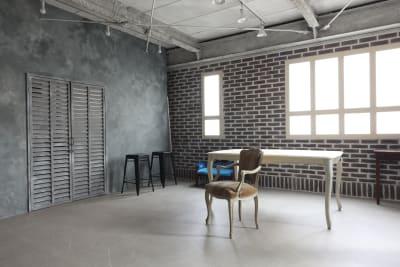 コンクリ調の壁の中は着替えできるスペースとアンブレラやスタンドを収納しています - 撮影スタジオ Studio62 写真、動画の撮影スタジオの室内の写真