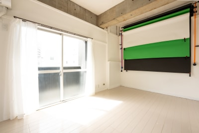 背景紙(白、緑、黒)を常設しています。有料1回1000円で貸し出ししています。 ロールを上げれば白壁背景での撮影も可能。 - えこてんハウススタジオ 撮影・配信・会議スペースの室内の写真