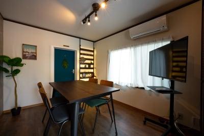 40型の移動式モニターもあり、ライブ配信なども使えます - えこてんハウススタジオ 撮影・配信・会議スペースの室内の写真