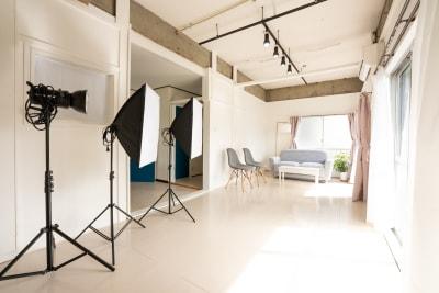 1日中自然光がたっぷり入る白壁背景のスタジオです。 - えこてんハウススタジオ 撮影・配信・会議スペースの室内の写真