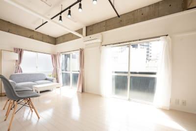 まわりは低層住宅のため日当たり良好。1日中自然光がたっぷり入って、とても明るいです。 - えこてんハウススタジオ 撮影・配信・会議スペースの室内の写真