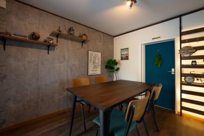インダストリアルな雰囲気の部屋もあります。スタイリッシュな部屋はYoutube撮影やライブ配信などに映えます。 - えこてんハウススタジオ 撮影・配信・会議スペースの室内の写真