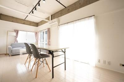長テーブル、ソファー、椅子6脚あり。会議や打ち合わせ、オフ会にも最適です。 - えこてんハウススタジオ 撮影・配信・会議スペースの室内の写真