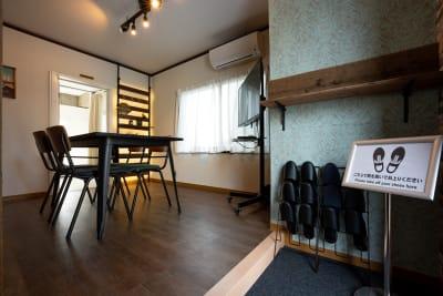 手前の部屋がインダストリアルな雰囲気で、奥の部屋が白壁背景の部屋になります。2つの部屋が貸切利用できます。 - えこてんハウススタジオ 撮影・配信・会議スペースの室内の写真