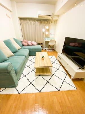 広々ソファーでゆっくりできます。 ふかふかで座り心地よく、お客様に寛いでいただけます。 カウンセリングにも - トーノア🏠新大阪 テレワーク、商談、ビジネス、作業の室内の写真
