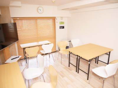 テーブルをおいて勉強会や読書会などに - naturoom 創成イースト 貸し会議室の室内の写真