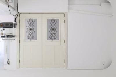 ポートレート等で使用できるフェイクドア。 オフホワイト面。 (開閉可能) - 株式会社ファイブシーズン Oto.STUDIOの室内の写真
