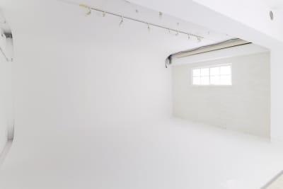 白ホリゾント 壁と床の境目がわからないように、壁がR状になっています。  - 株式会社ファイブシーズン Oto.STUDIOの室内の写真
