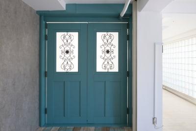 ポートレート等で使用できるフェイクドア。 ブルーグリーン面。 (開閉可能) - 株式会社ファイブシーズン Oto.STUDIOの室内の写真