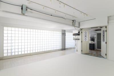 白ホリゾントの対面はガラスブロックの壁です。  - 株式会社ファイブシーズン Oto.STUDIOの室内の写真