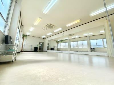 ダンスに最適なシートフロア(ルームシューズ可) - 【阪神尼崎】D2Dスタジオ24h ダンスのできるレンタルスタジオの室内の写真