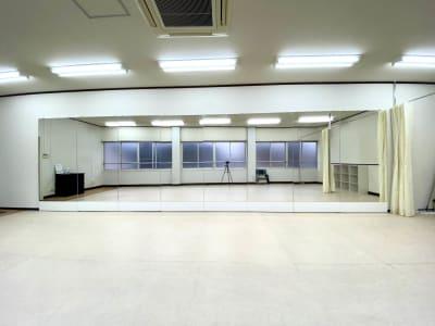 大型ミラー 高さ 1.8m × 幅 7.2m ダンスに最適なシートフロア(ルームシューズ可) - 【阪神尼崎】D2Dスタジオ24h ダンスのできるレンタルスタジオの室内の写真