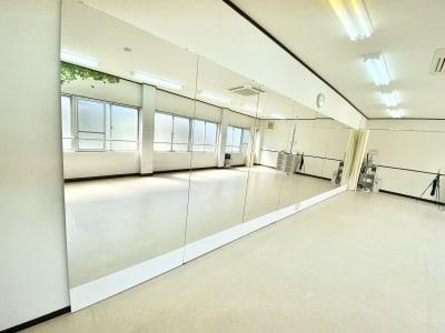 大型ミラー完備 高さ 1.8m × 幅 7.2m - 【阪神尼崎】D2Dスタジオ24h ダンスのできるレンタルスタジオの設備の写真