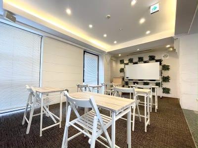 ホワイトボードを使って、勉強会やボードゲームのスコアリングも可能! - Funshare 浅草橋 最大20名までの多目的スペース!の室内の写真