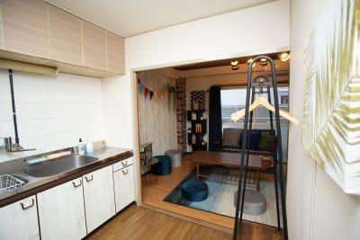 キッチン奥に遊びスペースがあります。 - ポップルームなんば ボードゲーム充実のくつろぎ空間の室内の写真