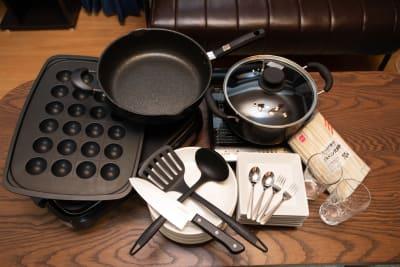 置いている調理器具です。 8人分のお皿やコップ、スプーンフォーク割り箸もおいています。  - ポップルームなんば ボードゲーム充実のくつろぎ空間の室内の写真