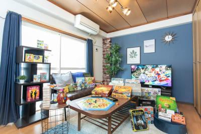 簡単で盛り上がるパーティゲームから本格頭脳派なものまで、多数のボードゲームを取り揃えてます!完全個室なのでゆったり腰を据えて遊べます☆ - ポップルームなんば ボードゲーム充実のくつろぎ空間の室内の写真
