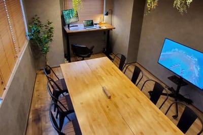 8名着席可能な大き目ミーティングテーブル(別角度から)。 - <NEST301>レンタル会議室 NEST301の室内の写真
