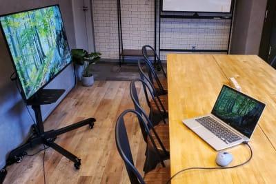 43インチディス大型プレイ。HDMI/RGBケーブル完備。 - <NEST301>レンタル会議室 NEST301の室内の写真