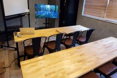 ホワイトボードとディスプレイの併用可能。 - <NEST301>レンタル会議室 NEST301の室内の写真