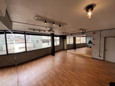 道路側は一面腰窓なので明るいです。 プロジェクタご使用時には遮光ブラインドをご使用ください。 - レンタルスタジオソメル ダンススタジオの室内の写真