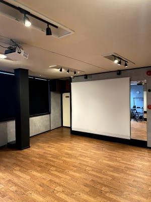 プロジェクタスクリーン(H200×W240cm) 撮影時など、両面鏡が不要な時にもお使いください。 - レンタルスタジオソメル ダンススタジオの室内の写真