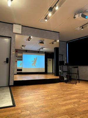 反対側の鏡にプロジェクタの映像が映ります。 お手本と左右が同じになります。 - レンタルスタジオソメル ダンススタジオの室内の写真