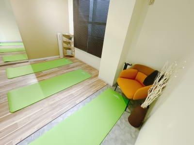 ベットを折りたたみ、ヨガやピラティスとしての用途もOK! - レンタルサロンSpace of  レンタルサロンSpace ofの室内の写真