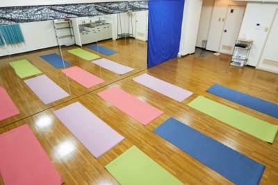 ヨガマット12枚敷けます(備品として8枚スタジオにあります)  - レンタルスタジオアルル上本町の室内の写真