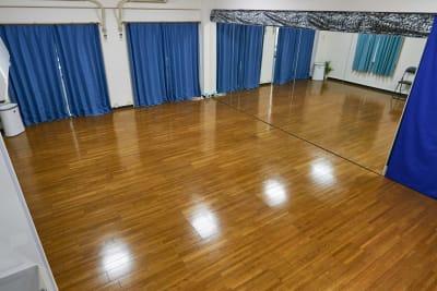 横4.5mX高さ1.8mの大型ミラー設置 - レンタルスタジオアルル上本町の室内の写真