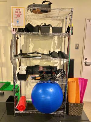 バランスボール、ヨガマット、ポール、チューブなど備品も多く取り揃えております。 - SCRUM FITNESS レンタルジムの設備の写真