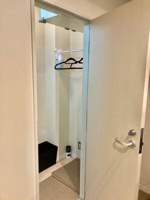 小さな個室の更衣室です。 - SCRUM FITNESS レンタルジムの設備の写真