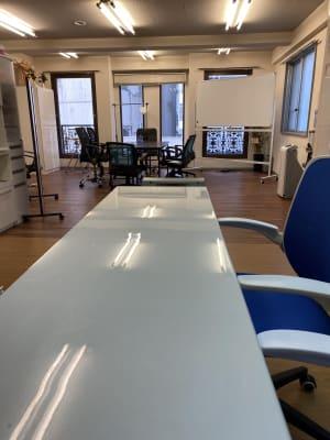 カウンターデーブル有り。デスクワークなど使い方は自由です。 - アンノーンレンタルスペース 選べるスペース!1/4〜全面!の室内の写真